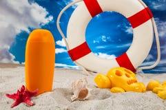 Солнечная концепция праздников с голубым небом Стоковые Изображения RF