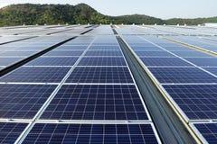 Солнечная предпосылка горы системы крыши PV стоковая фотография rf