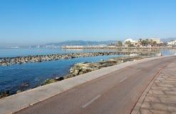 Солнечная трасса велосипеда вдоль среднеземноморского Стоковое фото RF