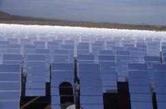 Солнечное одно обшивает панелями на южном заводе Калифорнии Edison в Barstow, CA стоковое изображение rf