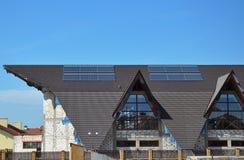 Солнечное топление панелей воды Солнечные панели солнечных батарей пользы систем отопления воды стоковые изображения rf