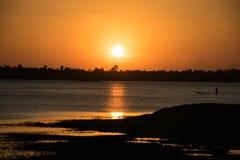 Солнечность в вечере, имеет греблю рыболова внутри реки, солнца стоковая фотография