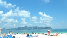 Солнечность голубого неба пляжа с белым песком Стоковая Фотография