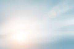 Солнечность заволакивает небо во время предпосылки утра Синь, белый пастельный рай, мягкий солнечный свет пирофакела объектива фо Стоковые Фото