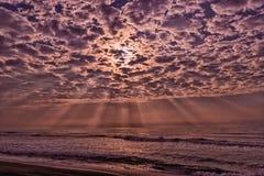 Солнечность на вулканическом пляже в Камчатке Стоковые Фото