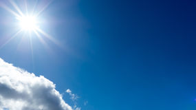 Солнечность против голубого неба стоковые изображения rf