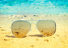 Солнечные очки авиатора на пляже стоковое фото rf