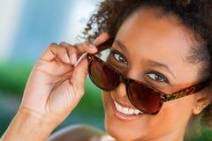 Солнечные очки Афро-американской женщины нося Стоковое Изображение