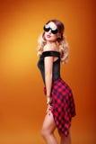 Солнечные очки блестящей девушки нося стоковые фото