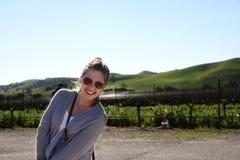 Солнечные очки блондинкы усмехаясь нося Стоковое Фото