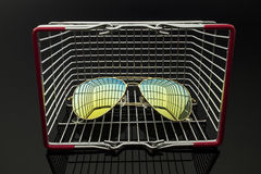 Солнечные очки в коробке покупок Стоковое Изображение RF