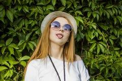 Солнечные очки девушки нося Стоковые Фотографии RF