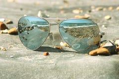 Солнечные очки лежа на пляже Стоковое фото RF