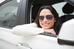 Солнечные очки женщины нося усмехаясь на камере Стоковые Изображения