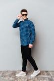 Солнечные очки жизнерадостного человека нося стоковое фото