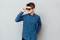 Солнечные очки жизнерадостного человека нося стоковые изображения
