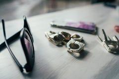 Солнечные очки и кольца на таблице Стоковые Изображения RF