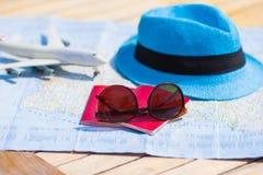 Солнечные очки и пасспорты, миниатюрный самолет дальше Стоковое Изображение