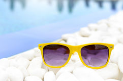 Солнечные очки на белом гравии стоковое изображение