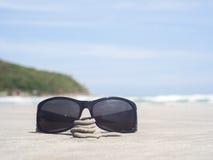 Солнечные очки на пляже Стоковая Фотография