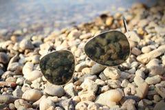 Солнечные очки на пляже Стоковое фото RF