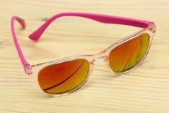 Солнечные очки на таблице Стоковые Фото