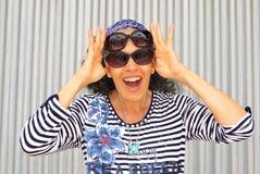 Солнечные очки носки Стоковые Изображения