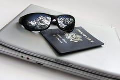 Солнечные очки отражая горы Snowy с пасспортом и компьтер-книжкой Стоковая Фотография RF