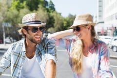 Солнечные очки привлекательных счастливых пар нося Стоковые Фотографии RF