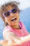 Солнечные очки солнечности ребенка девушки смешанной гонки Афро-американские Стоковые Изображения RF