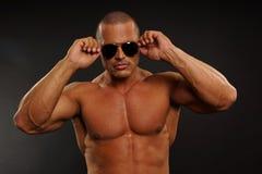 солнечные очки человека мышечные Стоковая Фотография RF