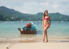 Солнечные очки шикарной дамы нося и alluring розовый купальник Стоковое Фото