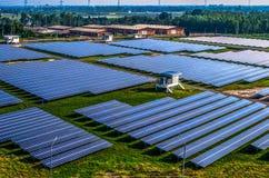Солнечные панели солнечных батарей фермы стоковая фотография rf