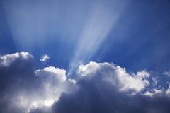 Солнечные лучи на голубом небе Стоковые Изображения