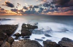 Солнечные лучи на изолированном пляже Стоковые Фотографии RF