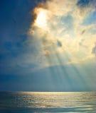 Солнечные лучи над морем Стоковые Фотографии RF