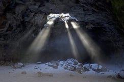 Солнечные лучи от окна в крыше в пещере стоковые фотографии rf