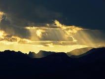 Солнечные лучи через облака на горе Стоковая Фотография RF