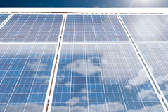 Солнечные (фотовольтайческие) панели на крыше дома Стоковые Фото