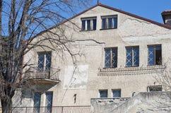 Солнечные часы на старом фасаде стоковая фотография rf