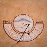Солнечные часы покрашенные над стеной Стоковая Фотография
