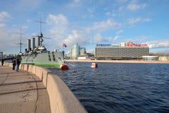 Солнечный день в апреле на обваловке Petrogradskaya Взгляд ` рассвета ` крейсера и гостиницы ` Санкт-Петербурга ` Стоковые Изображения