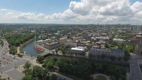 Солнечный день над городом с рекой видеоматериал