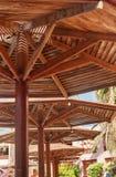 Солнечный день на зонтиках пляжа деревянных Стоковая Фотография RF