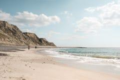 Солнечный день на пляже в северной Ютландии, крутая скала Bovbjerg в предпосылке Стоковая Фотография RF