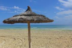 Солнечный день на пляже песка Стоковые Изображения RF