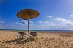 Солнечный день на пляже песка Стоковое Фото