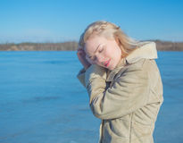 Солнечный день около девушки озера красивой извлекает волосы Стоковая Фотография