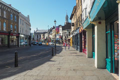 Солнечный летний день в улицах Гринвича, Лондон при неопознанные люди идя вперед Стоковое Изображение