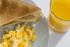 Солнечный завтрак с беконом, яичками и хлебом Стоковое фото RF